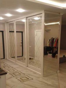 Зеркальный шкаф для прихожей на заказ