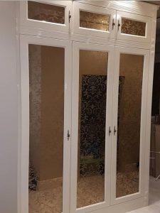Шкаф для гостиной с стеклянными дверями