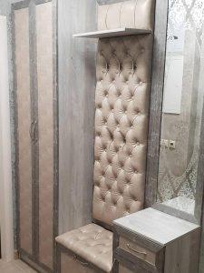 Прихожая с сиденьем - каретная стяжка, тумбочкой и зеркалом