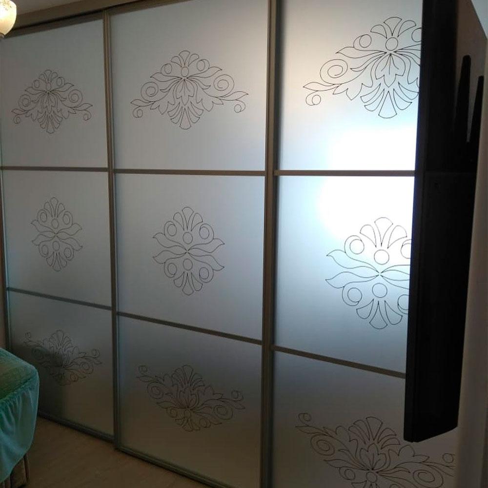 Корпусный шкаф-купе С художественным матированием.