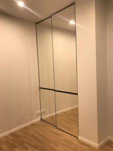 Встроенный зеркальный шкаф-купе две двери, без профиля, система Arista Nova