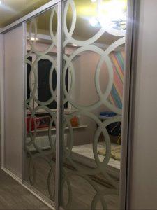 шкаф-купе зеркало с гравировкой